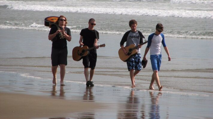 musicians-on-the-beach-1605018_1280