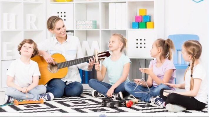 Clase de niños cantando