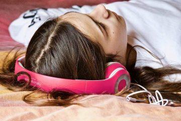 Adolescente con música