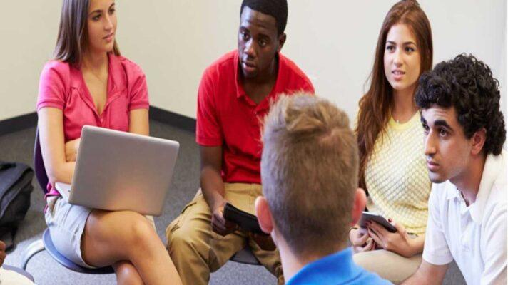 Adolescentes debatiendo